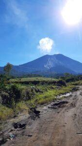 "<img src=""gunung semeru.jpg"" alt=""Pemandangan Gunung Semeru dilihat dari Candi Jawar."">"