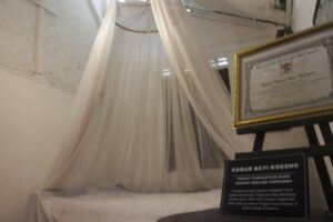 "<img src=""kamar sukarno.jpg"" alt=""Kamar masa kecil Sukarno di Ndalem Pojok."">"