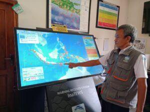 Musripan menunjukkan titik gempa di Indonesia