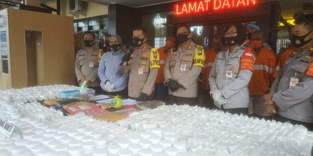 Polisi menggeber barang bukti sitaan usai tangkap sindikat narkoba di Malang