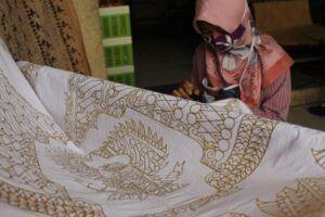 Gambar batik motif garuda di Galeri Wecono Asri.