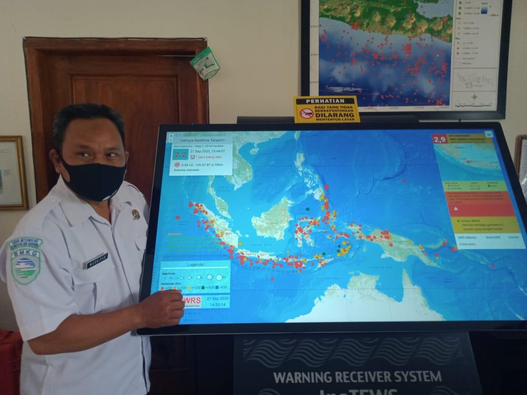 Kepala BMKG Stasiun Geofisika Malang saat menunjukkan alat WRS di Kantor BMKG Malang. (Istimewa)