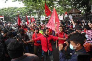 Demonstran di depan gedung DPRD Kota Malang yang siap menolak Omnibus Law UU Cipta Kerja