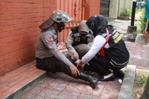 Anggota polisi terluka saat mengamankan demo