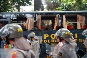 Aparat kepolisian terlihat berjajar untuk mengamankan demonstrasi di Kota Malang