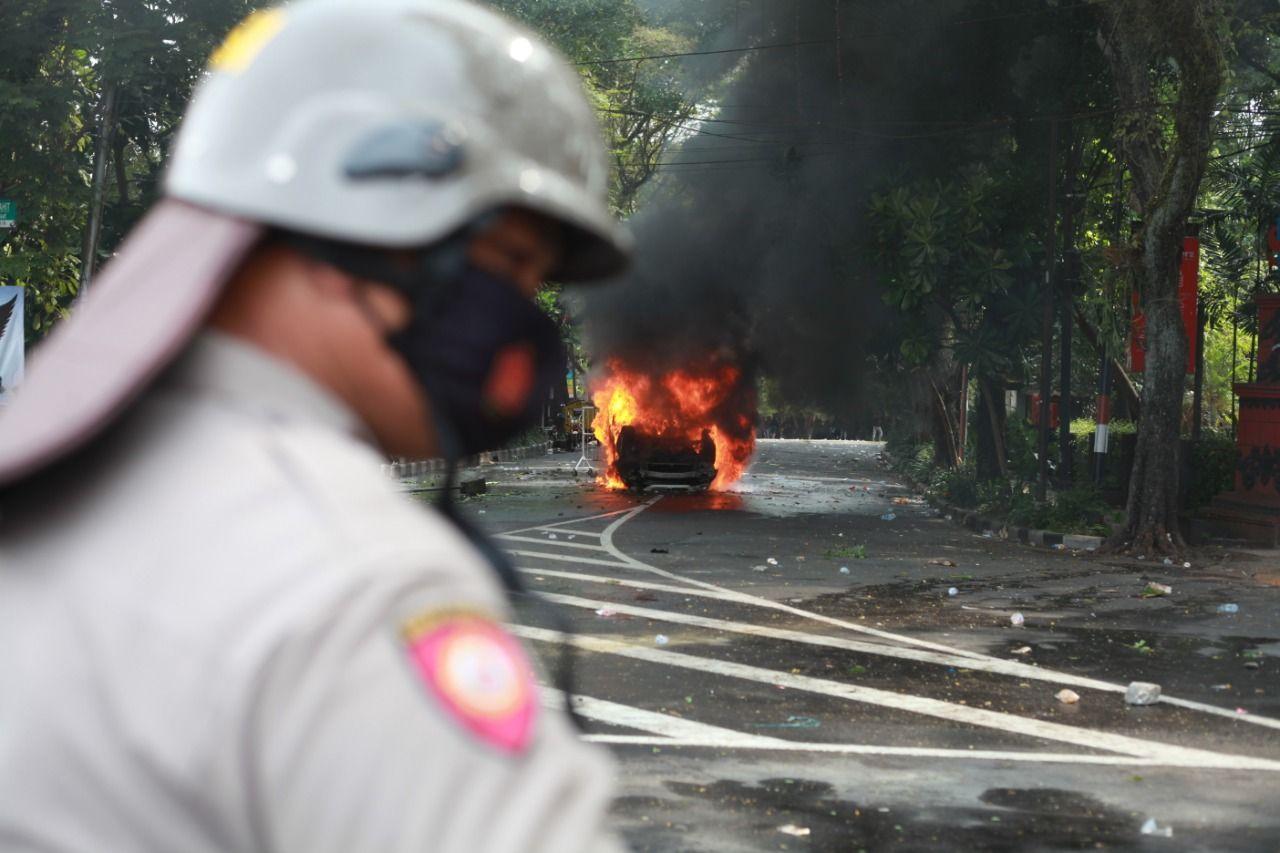 demonstrasi mobil terbakar aji surabaya kecam intimidasi jurnalis