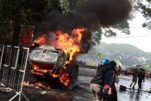 Demo di Malang Membara: Mobil Patwal Dibakar, Bus Polisi Hancur Lebur