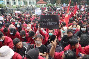 Para demonstran di depan Balai Kota Malang dan DPRD Kota Malang.