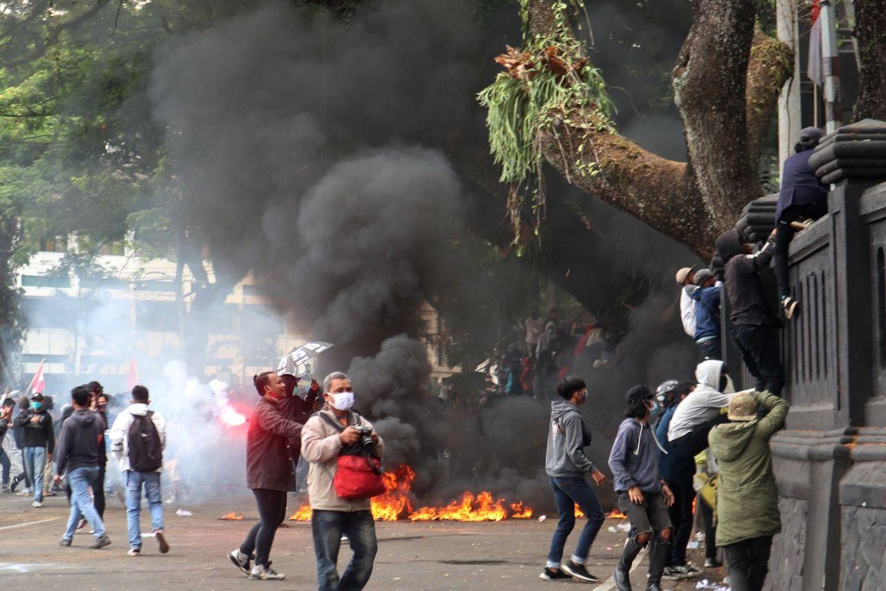 unjuk rasa omnibus law UU cipta kerja di Malang berakhir ricuh. kaleidoskop 2020, kilas balik peristiwa