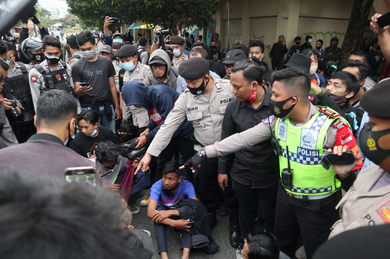 15 Pelajar Diamankan di Tengah Aksi Tolak Omnibus Law Jilid 2 di Malang