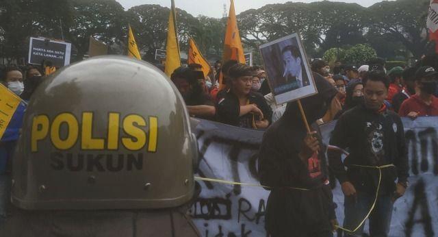Poster Pinokio Jokowi atau Jokowi berhidung mancung dibawa demonstran tolak Omnibus Law(Foto: AZM)