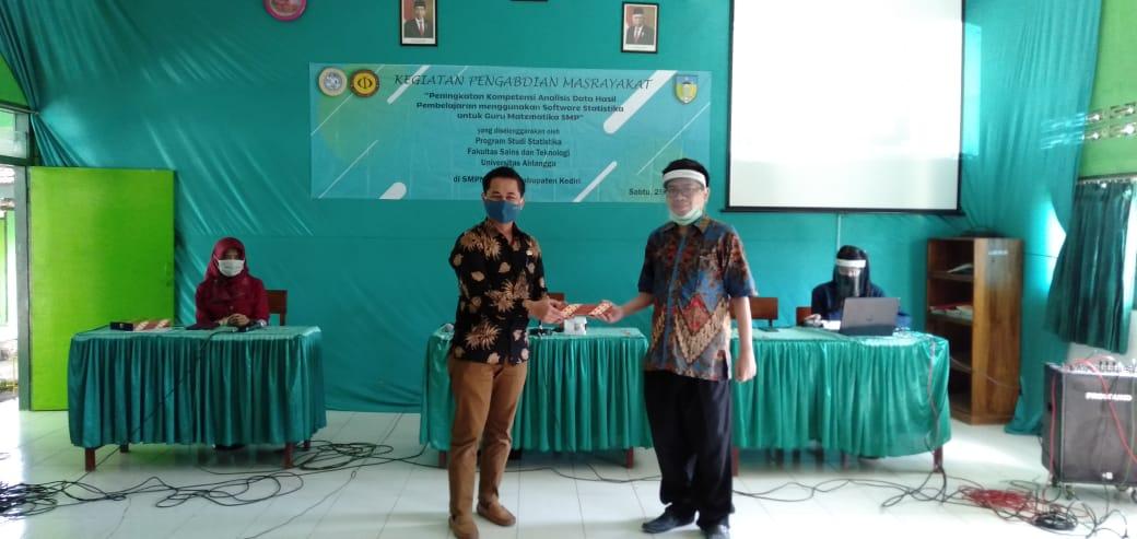 Kegiatan pelatihan metode statistika gur matematika di Kediri.