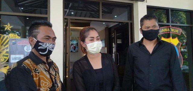 Korban masker bodong asal Bali, IGA Lia Maheswari ditemani kuasa hukumnya di Polres Batu. (Foto: Humas Polres Batu)