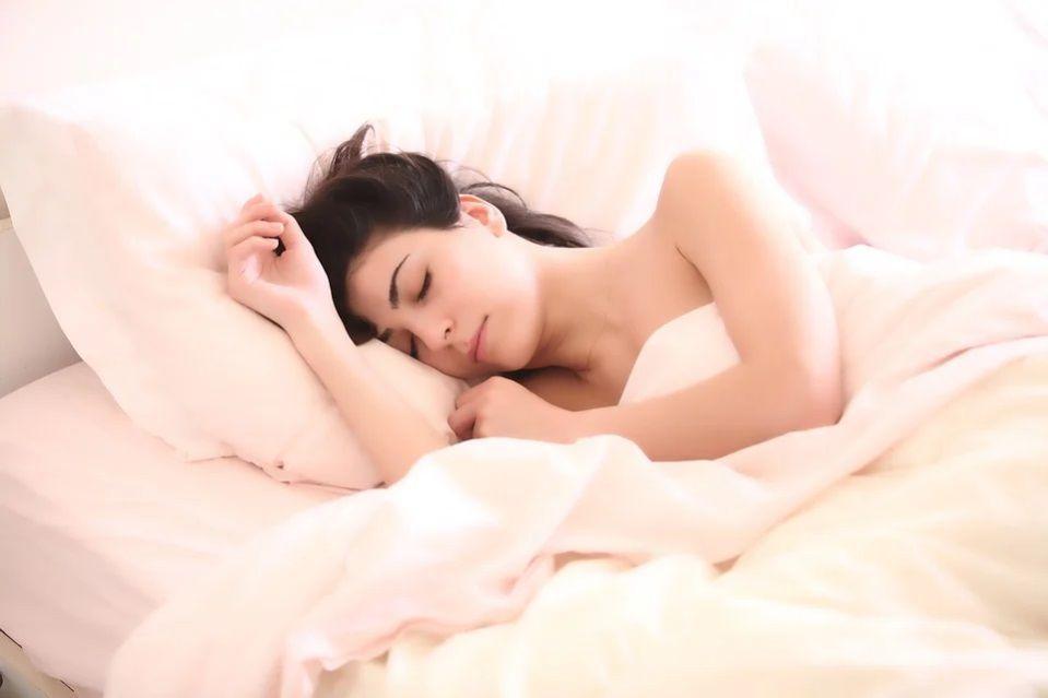 wanita tidur nyenyak