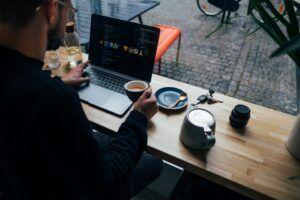 perempuan bekerja dari rumah di depan laptop