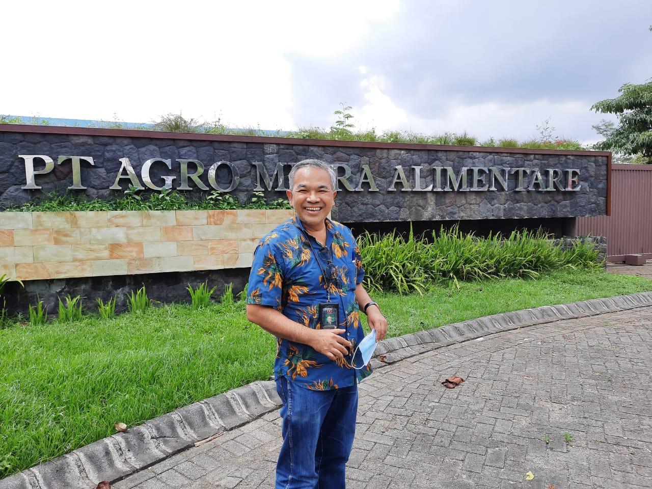 Pakar komunikasi dan motivator nasional Dr Aqua Dwipayana saat mengunjungi PT Agro Mitra Alimentare. (Foto: Dokumen)