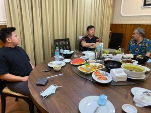 Bersama Johan Wijaya pemilik pabrik yang memproduksi PRO EM-1 di Kabupaten Malang dan putranya Raymond Wijaya di Resto New Pelabuhan Surabaya miliknya. (Foto: Dokumen)