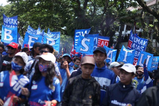 Aremania berunjuk rasa di depan gedung DPRD Kota Malang yang menuntut akhiri dualisme klub Arema FC