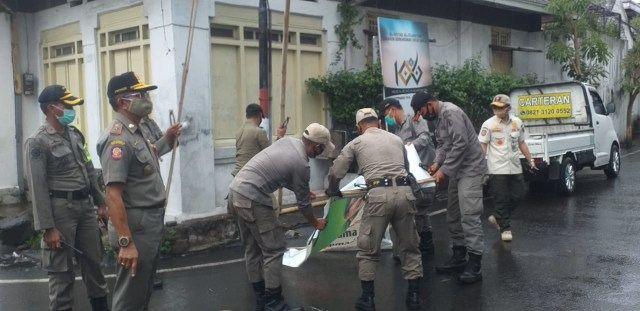 aparat gabungan bongkar spanduk habib rizieq di Malang