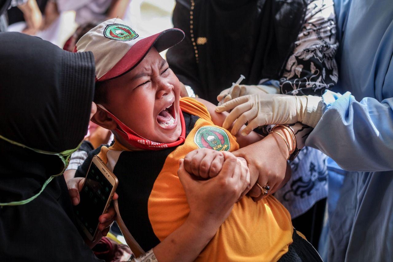 ekspresi siswa saat disuntik untuk imunisasi