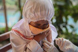 ekspresi menahan rasa sakit saat disuntik imunisasi