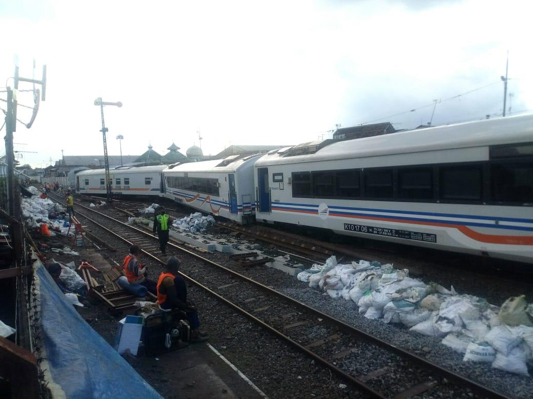 Kereta api meluncur sendiri di Malang hingga anjlok