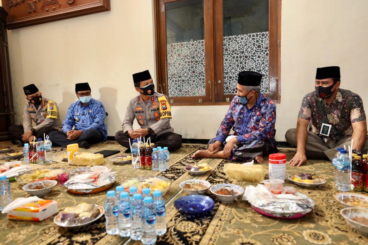 Ketua PWNU Jatim KH Marzuki Mustamar ketika menyambut Kapolda Jatim Irjen Nico Afinta