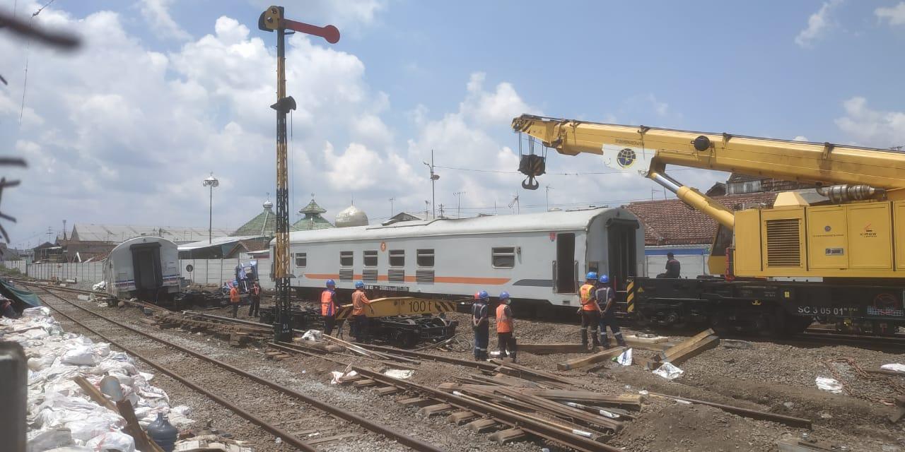 proses evakuasi kereta api jalan sendiri tanpa lokomotif di Malang