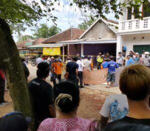 Warga menyaksikan petugas melakukan olah TKP dan evakuasi korban