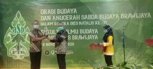 FIB UB Berikan Anugerah Sabda Budaya Brawijaya kepada Sastrawan Abdul Hadi WM