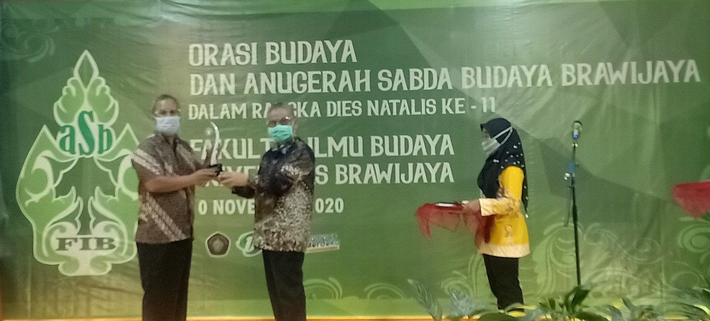 Penyerahan Anugerah Sabda Budaya Brawijaya secara simbolis kepada Sastrawan Abdul Hadi W.M. oleh Dekan Fakultas Ilmu Budaya UB