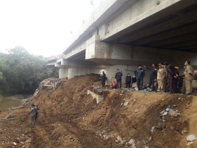 Sidak DPRD Kota Malang ke lokasi ambrolnya tanggul proyek pembangunan Jembatan Kedungkandang, Malang.