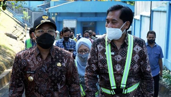 Wali Kota Malang, Sutiaji (kiri) meninjau lokasi sumber air PDAM Sumber Wendit karena banyak keluhan warga. (Foto: Pemkot Malang)