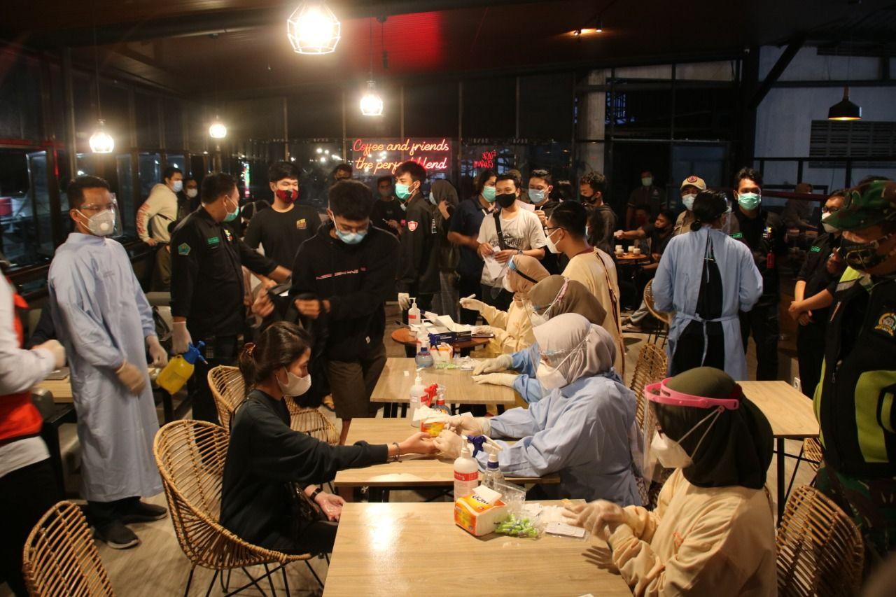 Aparat gabungan melakukan rapid test di tempat saat gelar Operasi Yustisi di sejumlah kafe dan tempat hiburan yang bandel tak menerapkan protokol kesehatan, Kamis (19/11). (Foto : Humas Polresta Malang Kota)