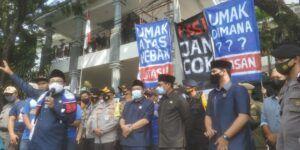 Wali Kota Malang, Sutiaji dan Forkopimda Kota Malang menemui Aremania yang menuntut penuntasan konflik dualisme Arema, di depan Kantor DPRD Kota Malang, pada Senin (16/11/2020).