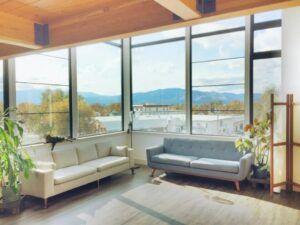 Ruangan rapi dan hanya terdapat barang-barang yang dibutuhkan ciri orang dengan gaya hidup minimalis. (Foto: Living Loving)