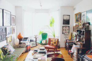 Orang maksimalis sangat suka dengan warna dan pola yang beragam. Mereka akan menghias ruangan dengan barang-barang kesukaan. (Foto: Living Loving)