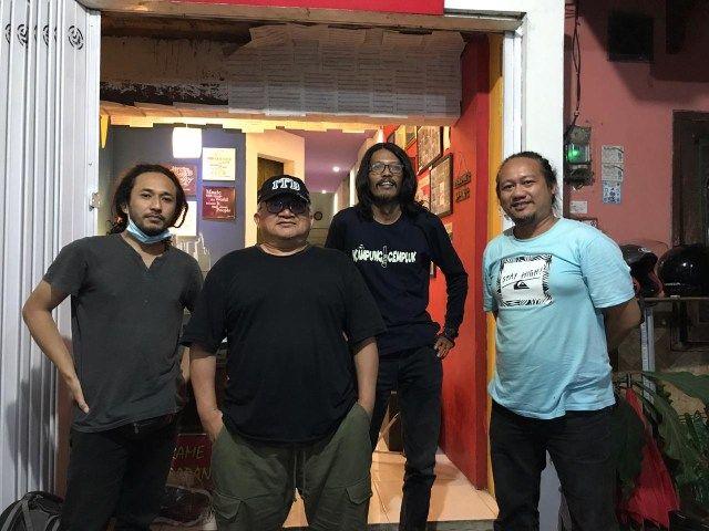 Andang Bachtiar bersama musisi Malang, Charles Jadi dan Endri Wahyu yang tergabung di Splendid Dialog. (Foto: Dokumen)
