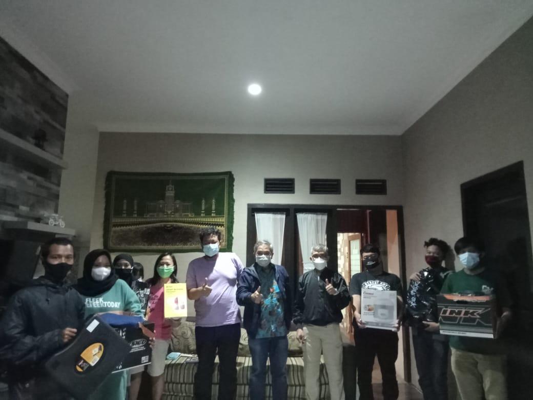 Motivator dan pakar komunikasi nasional Dr Aqua Dwipayana foto bersama para karyawan Tugu Media Group yang baru mendapatkan dorprise. (Foto: Dokumen)