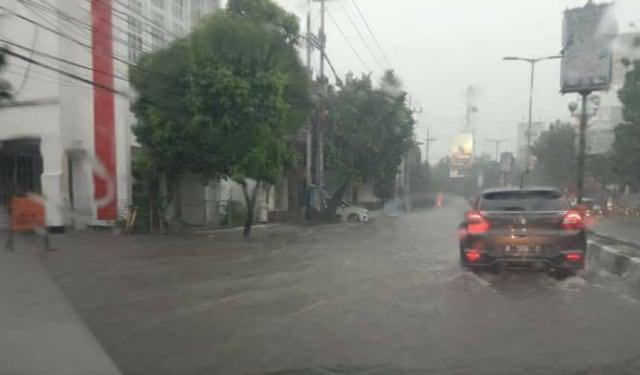 Genangan air di sepanjang Jalan Basuki Rahmat, Kayutangan Heritage, Kota Malang, usai diguyur hujan deras, pada Jumat (25/13/2020). (Foto: Dokumen Tugu Malang)