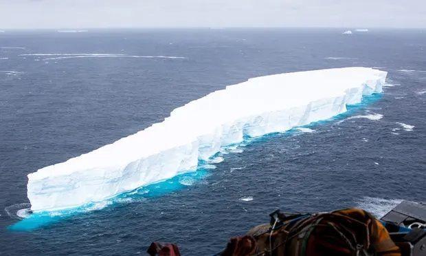 Bongkahan es yang mengapung menuju Pulau Georgian. (Foto: Cpl Phil Dye RAF/Ministry of Defence/EPA via The Guardian)