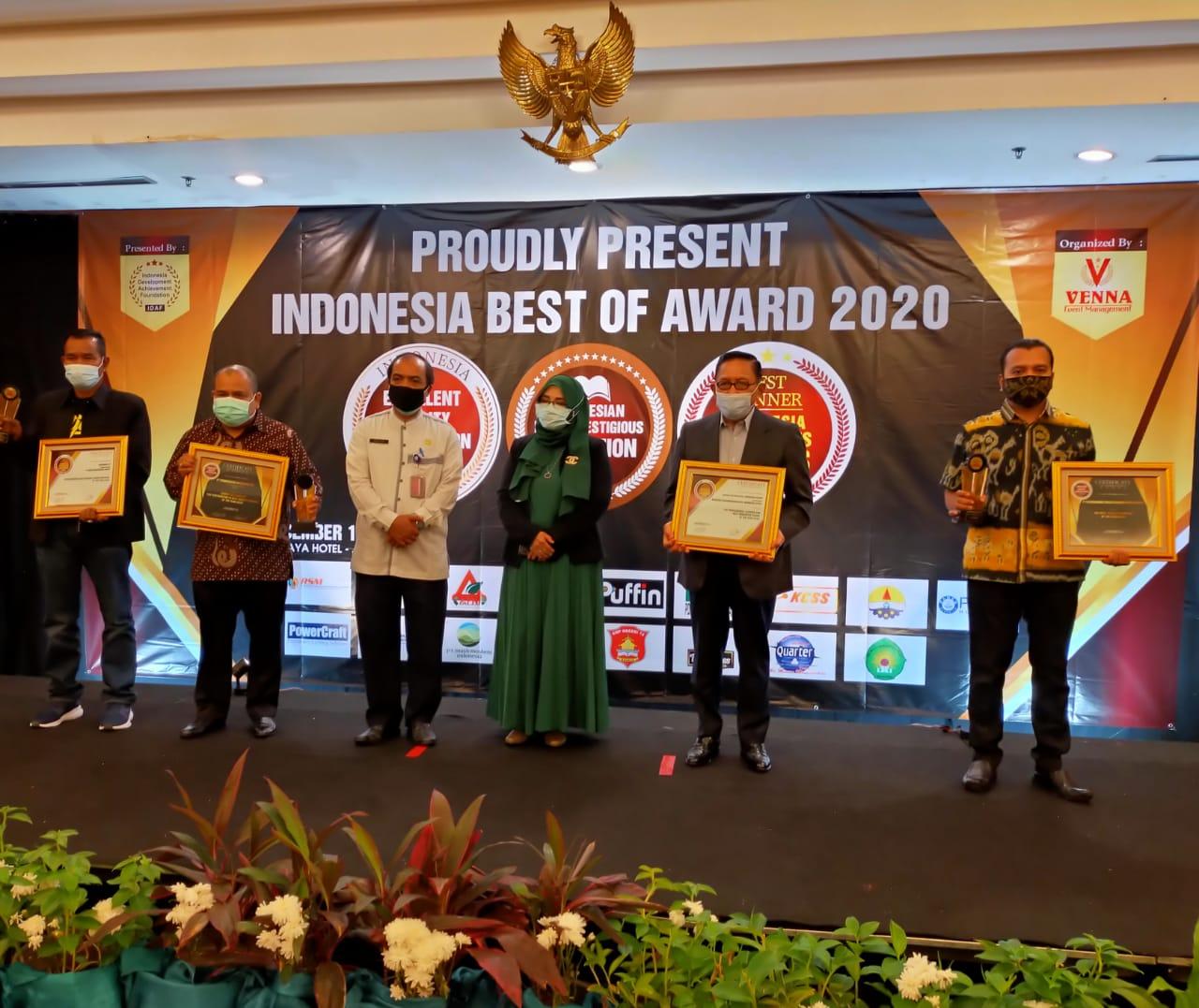Panitia Indonesia Quality Satisfaction Award menyerahkan penghargaan kepada perwakilan PT RSM di Hotel Grand Sahid Jakarta, Jumat (18/12/2020). (Foto: Humas Pemkab Tuban)