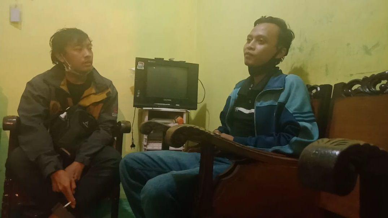 Dedik Purnono (kanan), pria nekat asal Malang yang nekat pulang kampung dengan cara berenang dari Kalimantan ke Jawa. (Foto: RAP/Tugu Malang/Tugu Jatim)