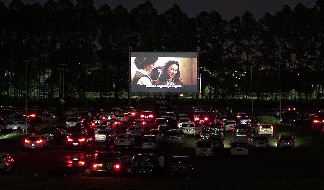 Menonton film dengan konsep drive thru di Drive In Senja. (Foto: Instagram Drive In Senja)