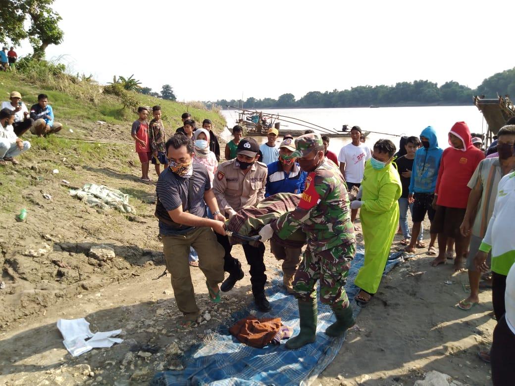 Evakuasi jenazah dua penambang pasir yang terseret arus Sungai Bengawan Solo. (Foto: BPBD Tuban)