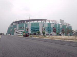 Tampak muka Stadion GBT Surabaya yang tengah direnovasi. (Foto: Rangga Aji/Tugu Jatim)