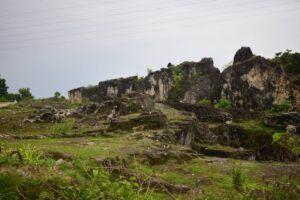 Bongkahan-bongkahan batu berlumut di wisata bekan penambangan kapur di Bojonegoro. (Foto: Mila Arinda/Tugu Jatim)