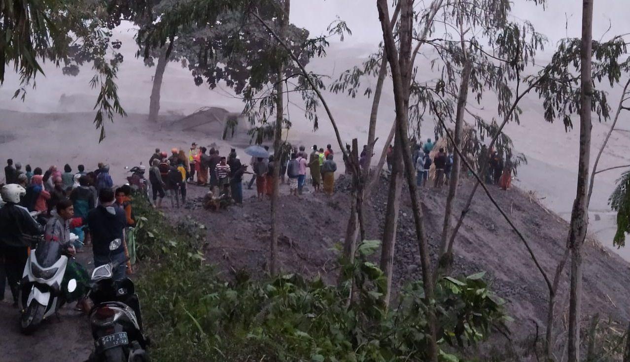 Lahar di Gunung Semeru pascaerupsi Selasa (1/12/2020) malam. (Foto: Dokumen warga)