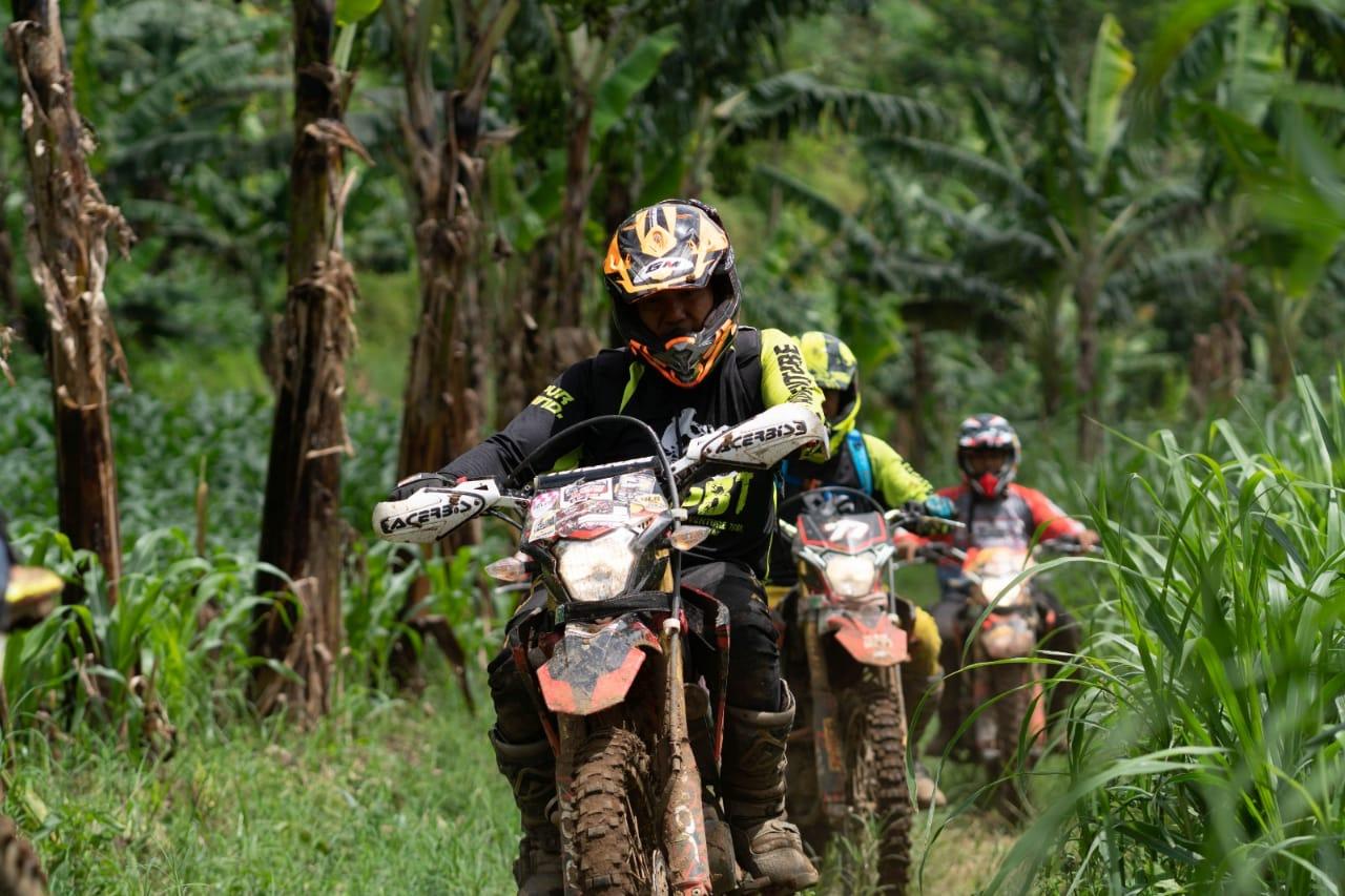 Ketangguhan Honda CRF150L yang telah terbukti ketika dijajal oleh para komunitas rider untuk menjelajahi lintasan pegunungan di Malang. (Foto: Dokumen)