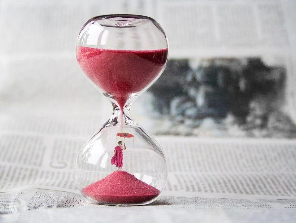 Ilustrasi jam pasir dan menunda pekerjaan. (Foto: Pixabay)